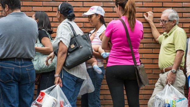 Las colas para comprar bienes básicos son parte del paisaje urbano venezolano.