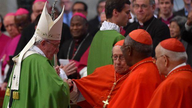 """Saunders cree que ha sido """"un dolor en el costado del Vaticano"""" desde que se unió a la comisión."""