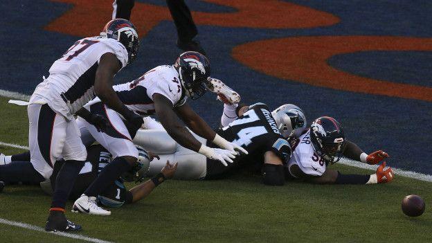 Pero la gran protagonista de la noche fue la defensa de los Broncos, que logró capturar siete veces a Cam Newton y forzó dos touchdowns.