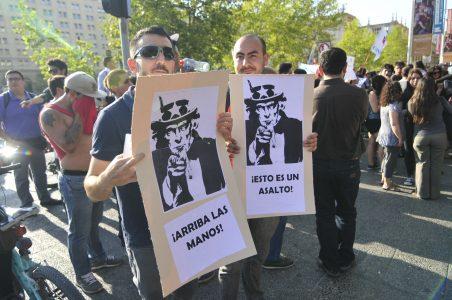 4 de Febrero del 2016 / SANTIAGO Un grupo de ciudadanos, se manifiesta frente al palacio de la moneda, como una señal de molestia a la perdida de soberania del pais, tras el tratado de TPP. En la imagen, dos hombres sostienen unos carteles. FOTO: SEBASTIAN BELTRAN GAETE / AGENCIAUNO