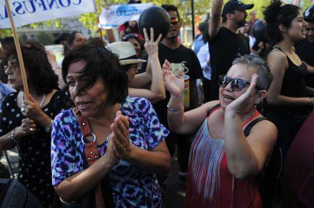 4 de Febrero del 2016 / SANTIAGO Un grupo de ciudadanos, se manifiesta frente al palacio de la moneda, como una señal de molestia a la perdida de soberania del pais, tras el tratado de TPP. en la imagen, dos mujeres gritan en la manifestacion. FOTO: SEBASTIAN BELTRAN GAETE / AGENCIAUNO
