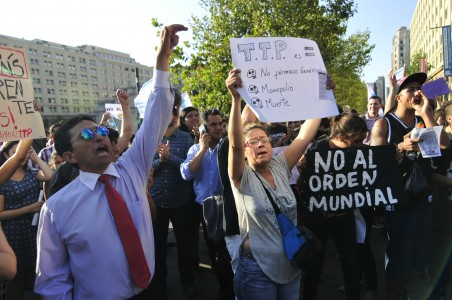 4 de Febrero del 2016 / SANTIAGO Un grupo de ciudadanos, se manifiesta frente al palacio de la moneda, como una señal de molestia a la perdida de soberania del pais, tras el tratado de TPP. En la imagen, una mujer y un hombre participan de la manifestacion. FOTO: SEBASTIAN BELTRAN GAETE / AGENCIAUNO