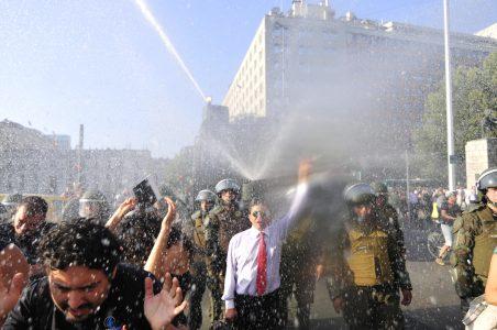 4 de Febrero del 2016 / SANTIAGO Un grupo de ciudadanos, se manifiesta frente al palacio de la moneda, como una señal de molestia a la perdida de soberania del pais, tras el tratado de TPP. En la imagen, el carro lanza agua moja a los manifestantes. FOTO: SEBASTIAN BELTRAN GAETE / AGENCIAUNO