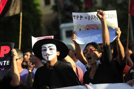 4 de Febrero del 2016 / SANTIAGO Un grupo de ciudadanos, se manifiesta frente al palacio de la moneda, como una señal de molestia a la perdida de soberania del pais, tras el tratado de TPP. FOTO: SEBASTIAN BELTRAN GAETE / AGENCIAUNO