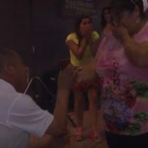 [Video] Hombre enamorado le pide matrimonio al amor de su vida en el metro de Santiago