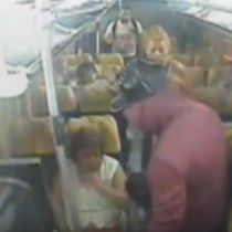 [Video] Cámara registra asalto en grupo a bus con pasajeros