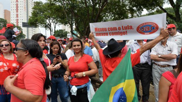 Seguidores del Partido de los Trabajadores (PT) y de Lula también han salido a manifestar su apoyo al exmandatario y se han concentrado afuera de su casa en Sao Bernardo do Campo, a unos 25 kilómetros de Sao Paulo.