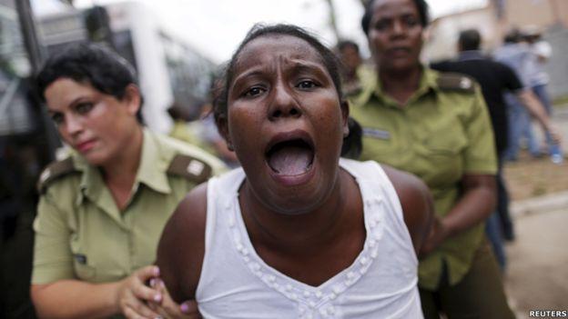 Horas antes de que Obama tocara suelo cubano, manifestantes que pedían la liberación de prisioneros políticos fueron arrestados en La Habana. La policía dispersó a decenas de activistas de las Damas de Blanco, grupo disidente formado por esposas de presos políticos, frente a la iglesia donde intentan manifestar cada semana.