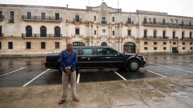 Durante la visita de tres días, Obama se reunirá con su homólogo cubano Raúl Castro -no habrá encuentro con el expresidente Fidel Castro-, con quien discutirá reformas políticas y comerciales. Se espera que el martes lance la primera bola en el Estadio Latino Americano, donde las Mantarrayas de Tampa Bay jugarán con la selección cubana.