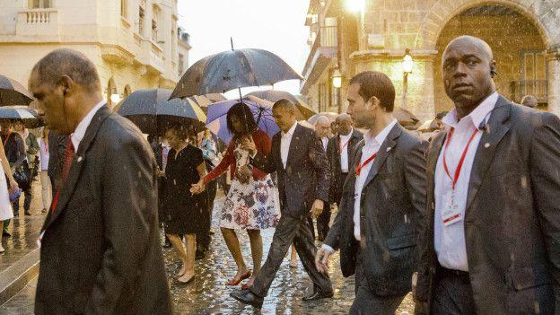 A pesar de la lluvia, el presidente de EE.UU., Barack Obama, caminó por La Habana Vieja junto a su familia y rodeado de un fuerte contingente de seguridad.