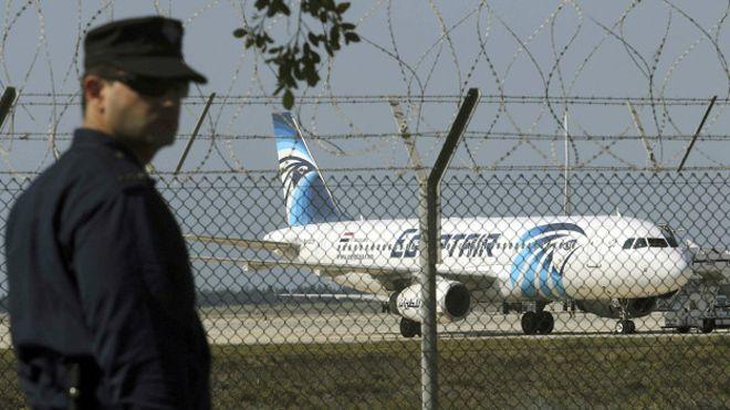 Confusión tras secuestro de un avión de EgyptAir que fue desviado a Chipre