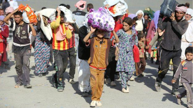 Muchos yazidíes tomaron refugio en el cercano monte Sinjar.