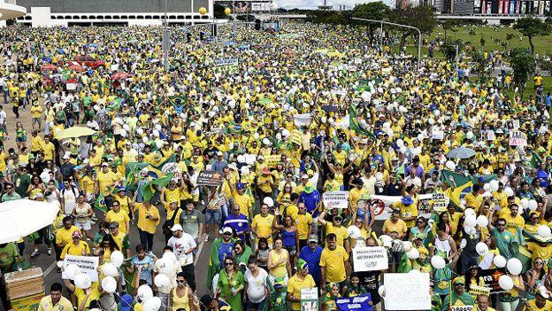 """Se han escuchado gritos como """"¡Fuera Dilma!"""" y """"¡Fuera PT!"""""""