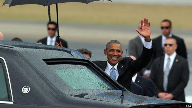 Con ayuda de paraguas, el grupo caminó bajo una llovizna por la alfombra roja, donde fueron recibidos por el canciller cubano Bruno Rodríguez.