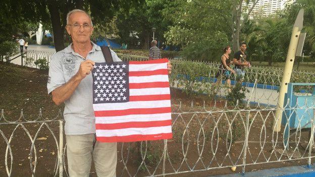 Juan Montes caminó este domingo por las calles de La Habana sosteniendo una bandera de EE.UU.