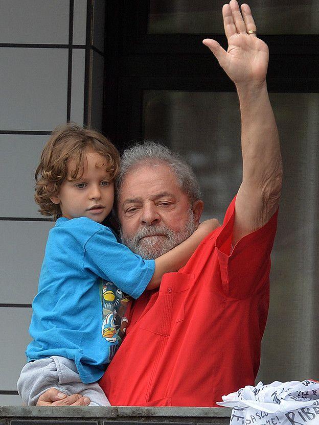 Con su nieto en brazos, Lula salió a agradecer el apoyo de sus seguidores. El jueves, fiscales del estado de Sao Paulo pidieron prisión preventiva para el expresidente en el marco de una investigación sobre lavado de dinero.