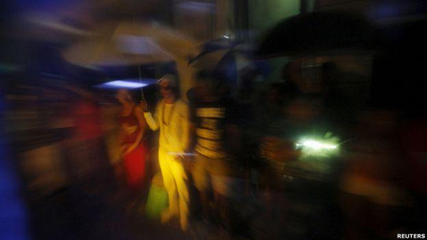 Pobladores locales vieron pasar la caravana que transportaba a Obama y a su familia a La Habana.