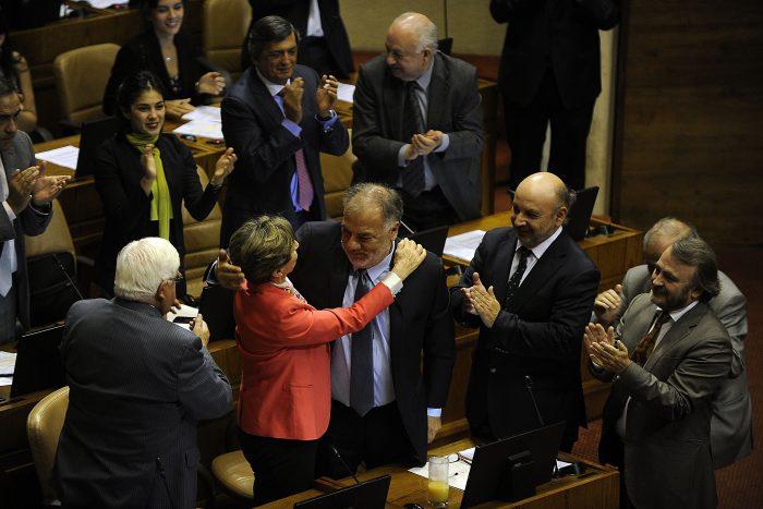 Isabel Allende, presidenta del PS, felicitando a Andrade tras su nombramiento.