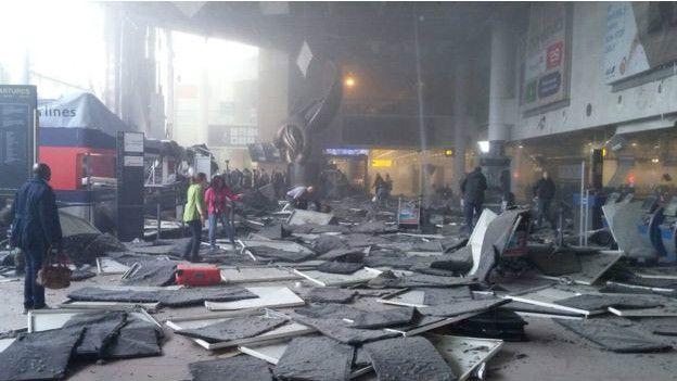 Uno de los atacantes, entró fuertemente armado al aeropuerto de Zaventem, abrió fuego y se inmoló.