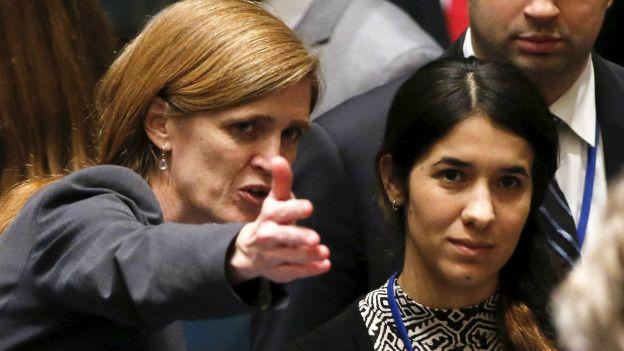Samantha Power (izq.), embajadora de EE.UU. ante la ONU, presenta a Nadia a los demás miembros del Consejo de Seguridad.