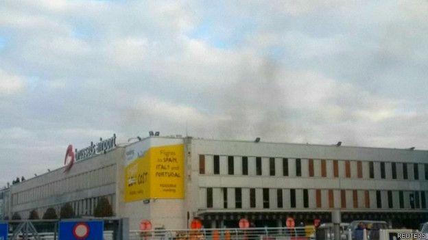 La agencia de noticias belga informó que se escucharon varios disparos antes de las detonaciones .