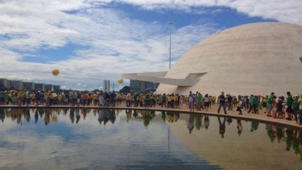 De acuerdo con la corresponsal del servicio brasileño de la BBC en Brasilia, Mariana Schreiber, los manifestantes ocuparon los espacios de la Esplanada dos Ministérios, el punto de concentración de este domingo.