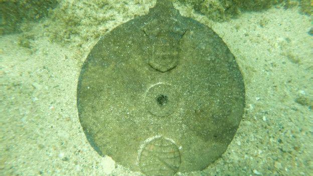 Un disco de aleación de bronce hallado bajo el agua.