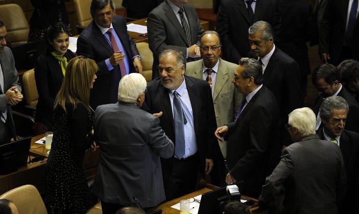 22 DE MARZO de 2016 /VALPARAISO Osvaldo Andrade es saludado en el cambio de mesa en la  Camara de Diputados del Congreso Nacional. FOTO:PABLO.OVALLEISASMENDI/ AGENCIAUNO
