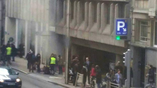 Una columna de humo se ve a la entrada del metro de Maalbeek, en el centro de la ciudad, donde se registró la tercera explosión.