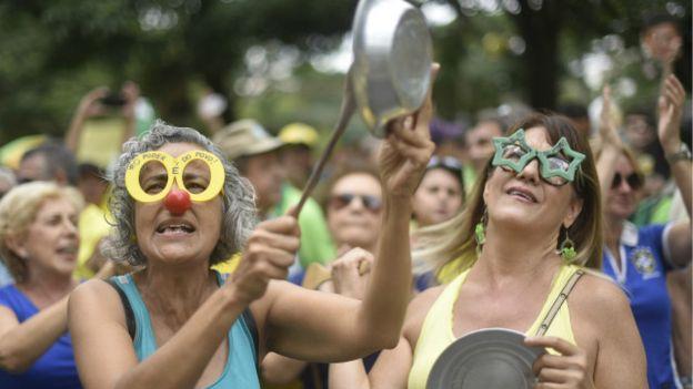 En la Plaza de la Libertad en Belo Horizonte sacaron cacerolas y un poco de buen humor.