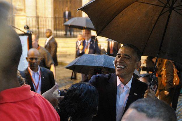El presidente Obama estrechó manos con algunos ciudadanos cubanos apostados frente a la Catedral de La Habana tras su llegada este domingo.
