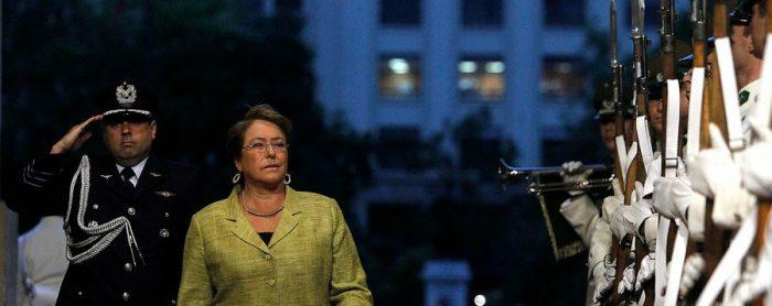 Cadem: Aprobación de la gestión de Bachelet cae 10 puntos en un año