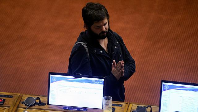 Parlamentarios oficialistas toman mal critica de Boric que apuntaba a que el Congreso representa a una élite de Santiago, machista y de clase alta