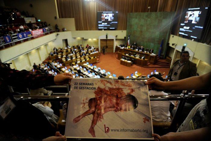 Peña cuestiona declaración de la Iglesia contra el aborto y dice que es