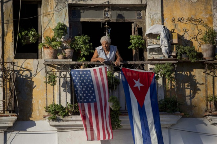 Obama autoriza viajes individuales y uso de dólar con Cuba