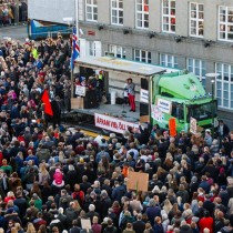 Miles de manifestantes piden dimisión del primer ministro islandés