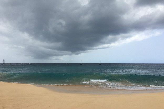 Enorme columna de nubes originada en Green Mountain viajando sobre el mar.