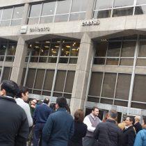 Trabajadores de Enersis y Endesa paralizan actividades para protestar por anuncio de que habría 200 despidos