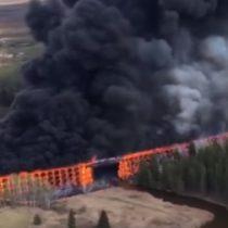 [VIDEO] Gran incendio destruye un puente en Canadá