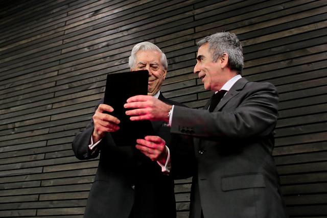Vargas Llosa Y Carlos Peña en la entrega del grado de Doctor Honoris Causa