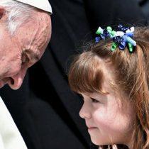 [VIDEO] El emotivo encuentro del Papa Francisco con niña que sufre enfermedad que la dejaría ciega y sorda