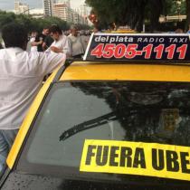 Pelea de taxistas contra Uber se traslada a Buenos Aires: paralizaron 25 puntos clave de la capital trasandina