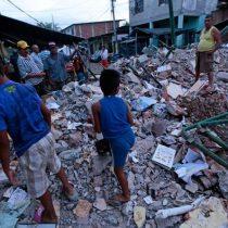 [VIDEO] Más de 350 muertos: drone recorre la zona afectada por terremoto de Ecuador