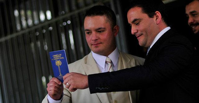 Carabinero es el primer uniformado en firmar acuerdo de unión civil con su pareja gay