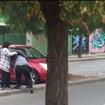 [VIDEO] Agresión a mujer a la salida de tribunales de familia de Puente Alto se viraliza en las redes sociales