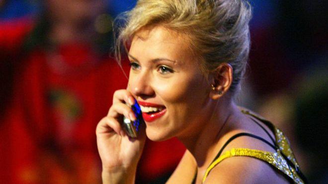 Las razones por las que los famosos están volviendo a usar los viejos teléfonos con tapa