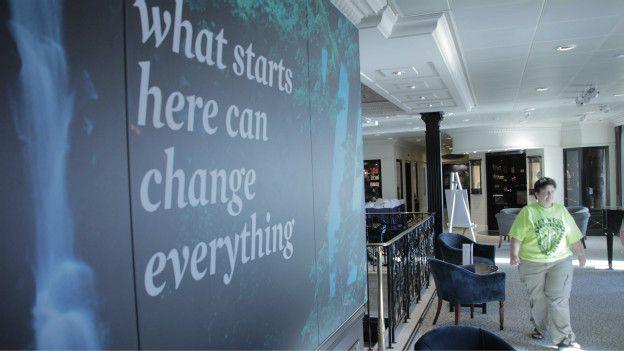 """""""Lo que comienza acá puede cambiarlo todo"""", dice una de las paredes del barco."""
