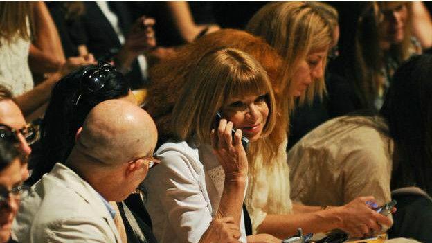 La editora de la revista Vogue Anna Wintour tiene varios teléfonos, pero prefiere los de tapa.