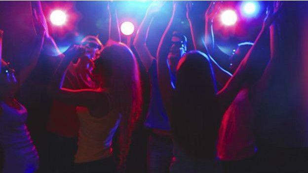 De acuerdo al relato obtenido por la policía y publicado por varios medios locales, la joven se encontraba en una fiesta con varios amigos.