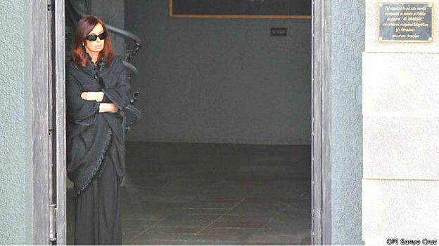 Cristina Fernández en el mausoleo de su fallecido marido y predecesor en la presidencia.